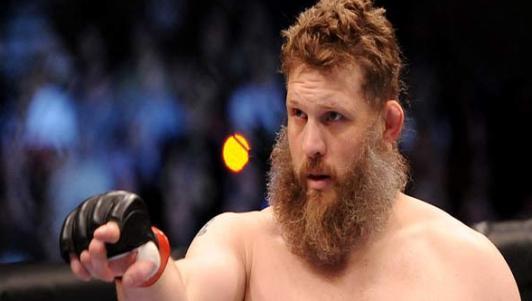 """UFC: Thắng vẫn """"sút"""" trọng tài vì không dừng trận"""
