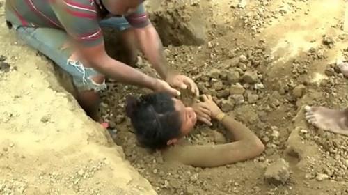 Chôn thiếu nữ trong đất để chữa đau lưng do sét đánh - 3