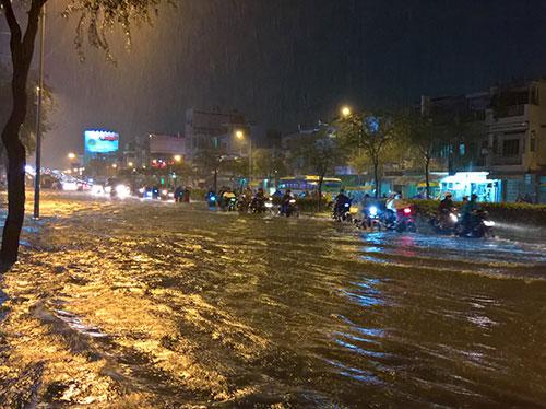 """Chiều Sài Gòn: Phố hóa thành sông...dân """"bơi"""" về nhà!"""