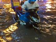 """Tin tức trong ngày - Clip: Người Sài Gòn """"bơi"""" về nhà sau trận ngập lịch sử"""