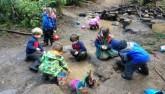 Trẻ em Đức lăn lộn khám phá các lớp học trong rừng