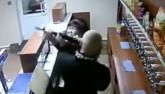 Bà cô dũng cảm vật lộn với kẻ cướp vác súng trường