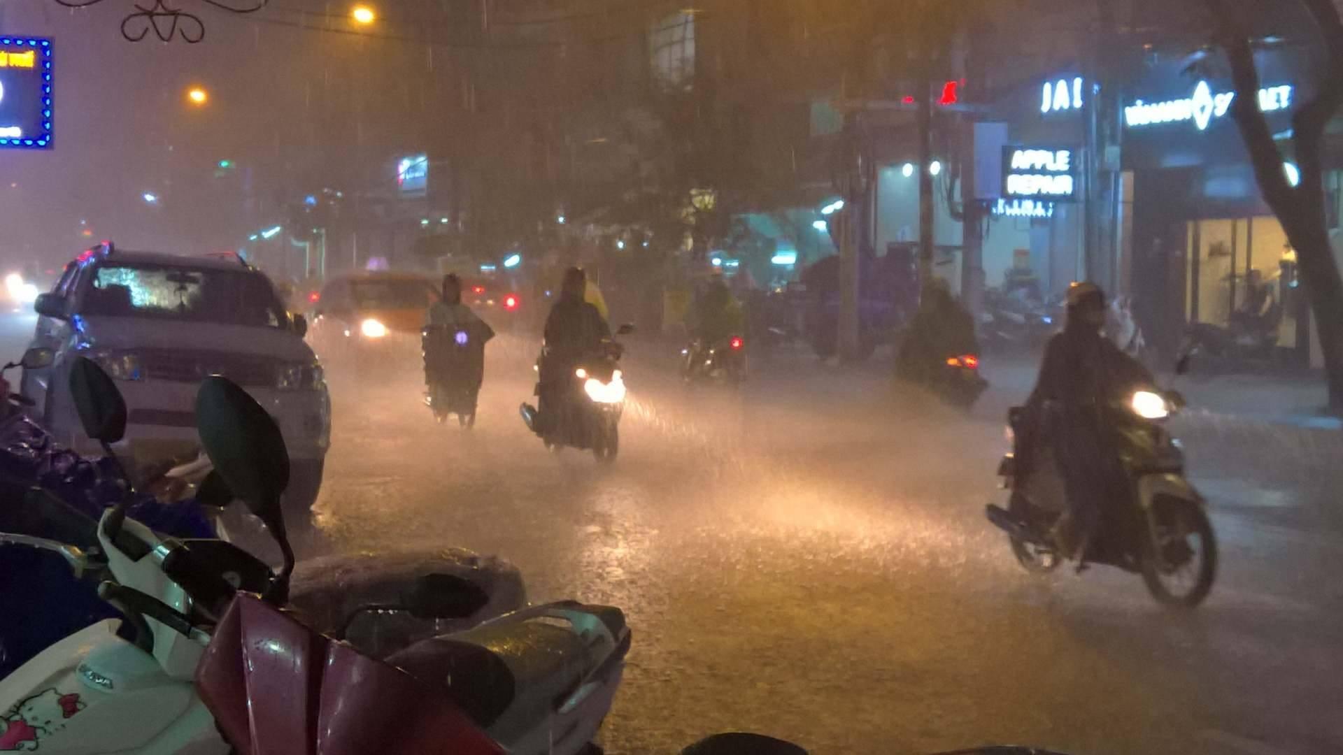 TP.HCM lại mưa mù trời: Ngập nước, giao thông tê liệt