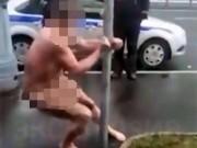 Phi thường - kỳ quặc - Bị cảnh sát còng tay, vẫn khỏa thân múa cột tự tin
