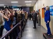 """Thế giới - Sự thật bức ảnh """"cả thế giới quay lưng"""" với bà Clinton"""