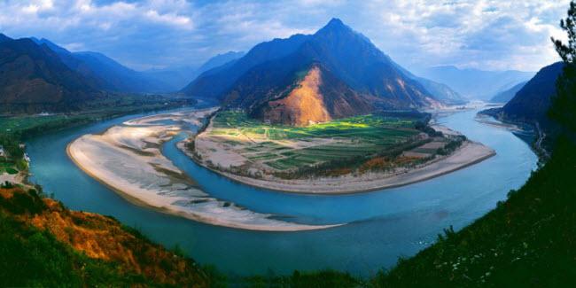 Trường Giang là con sông dài nhất ở Trung Quốc và dài thứ ba trên thế giới. Đập Tam Hiệp trên dòng sông này là một trong những địa điểm du lịch hấp dẫn.