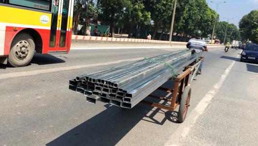 """Clip: Tài xế lê """"máy chém"""" đi khắp phố phường Hà Nội"""