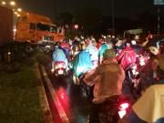 """Tin tức trong ngày - Xe container đại náo trong mưa, nhiều người """"rớt tim"""""""