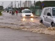 Tin tức trong ngày - Mưa 30 phút, đường Sài Gòn đã thành sông