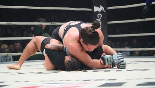 """MMA: """"Quái nữ khồng lồ"""" hạ đối thủ trong nháy mắt"""