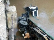 "Tin tức trong ngày - Xe container ""bay"" từ cầu xuống suối"