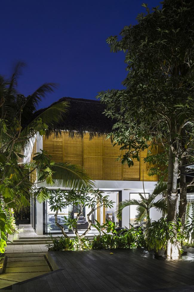 Đáp ứng yêu cầu đó, các kiến trúc sư đã cho ra đời hai căn biệt thự riêng biệt, với kiến trúc, diện tích giống nhau, nằm đối diện qua một hồ bơi nhỏ.