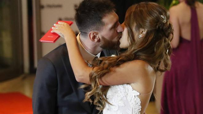 Messi ngượng ngùng hôn bạn gái, thuê 300 vệ sĩ cho đám cưới - 1