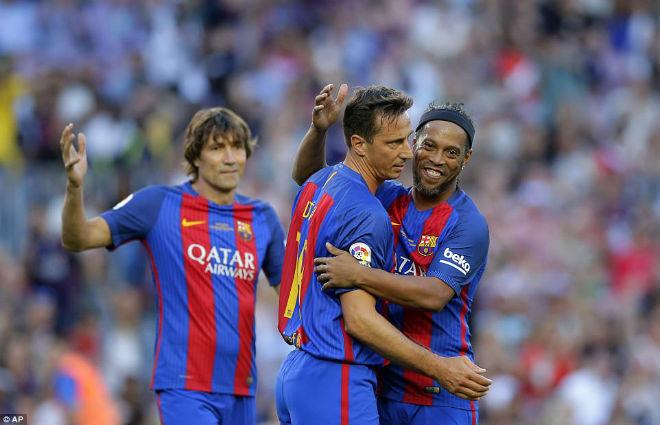 """Ronaldinho diễn """"ảo thuật"""", huyền thoại MU hóa """"trẻ con"""" - 1"""