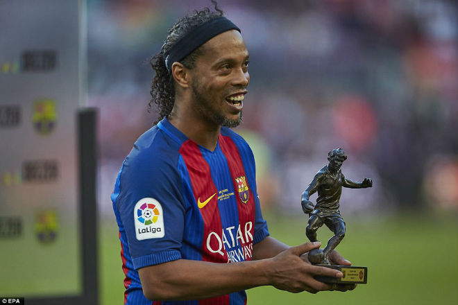 """Ronaldinho diễn """"ảo thuật"""", huyền thoại MU hóa """"trẻ con"""" - 5"""