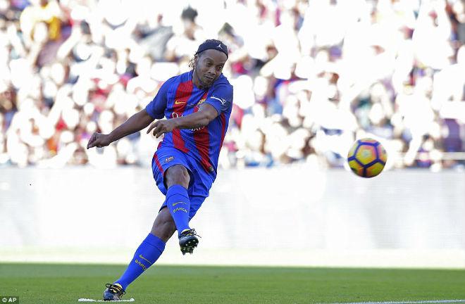 """Ronaldinho diễn """"ảo thuật"""", huyền thoại MU hóa """"trẻ con"""" - 3"""