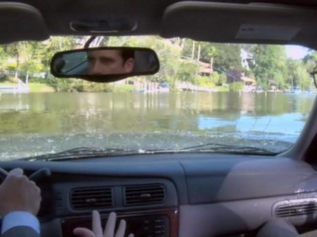 Quá tin vào GPS, lao thẳng xe xuống hồ - 1
