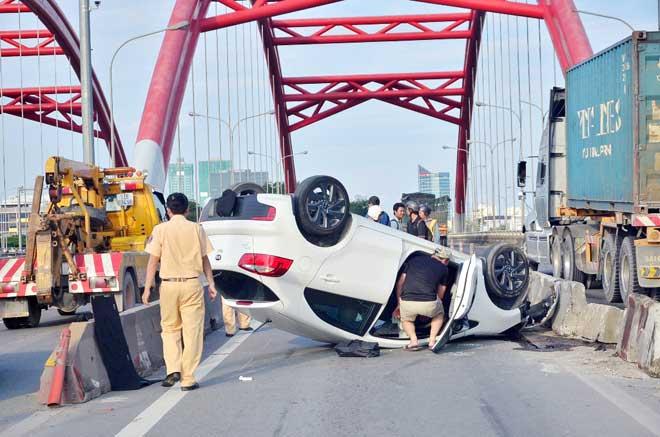 """Tài xế bị """"mờ mắt"""" tại vị trí tai nạn chết người, ô tô """"phơi bụng"""" - 1"""