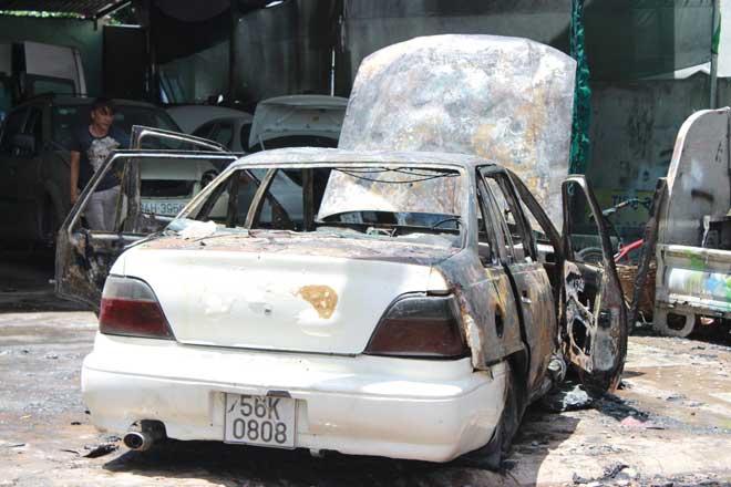Xế hộp bốc cháy ngùn ngụt trong gara ô tô - 1
