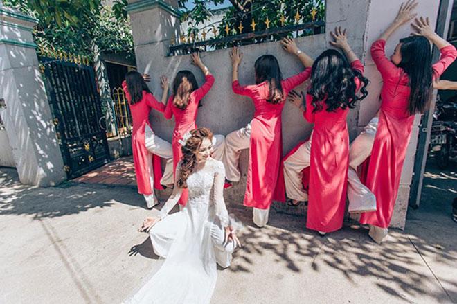 """Cô dâu xinh đẹp cùng đội bạn thân bê tráp """"lầy lội"""" gây sốt - 10"""