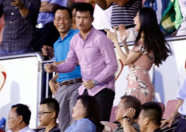 Người đẹp của Công Vinh phấn khích với các chàng trai CLB TPHCM - 10