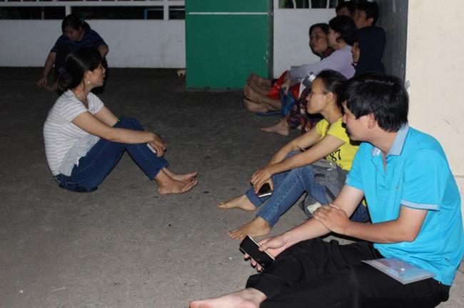 Người dân TP.HCM thức trắng đêm chờ nộp hồ sơ cho con - 1