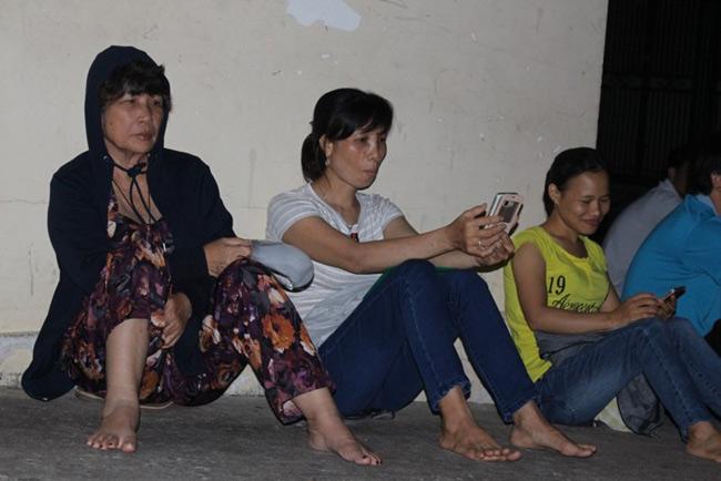 Người dân TP.HCM thức trắng đêm chờ nộp hồ sơ cho con - 4