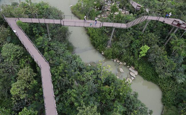 Công viên Pa Nai Krung có đường đi bộ trên cao,...