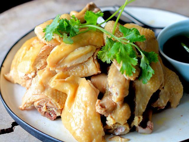 Cơm chiều thịnh soạn với thịt gà hấp mềm ngọt và canh hến thì là