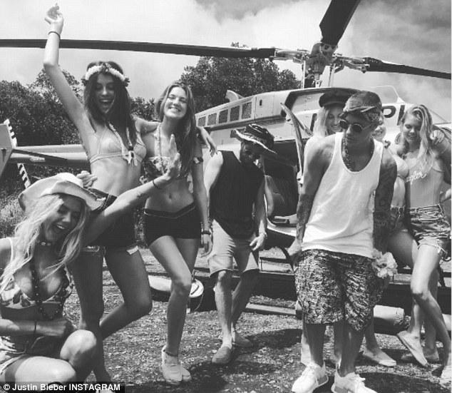Khoe ảnh gần như nude, người tình Justin Bieber khiến fan mất ngủ - 4