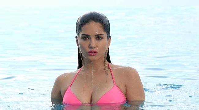 Vì đóng đúp hai vai nên Leone có cơ hội được diện nhiều bộ bikini nổi bật. Dù là người Ấn Độ nhưng cô đã bất chấp định kiến để đóng các cảnh khá gợi cảm.