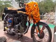 Kỳ lạ chiếc xe máy được tôn thờ như thần linh tại Ấn Độ
