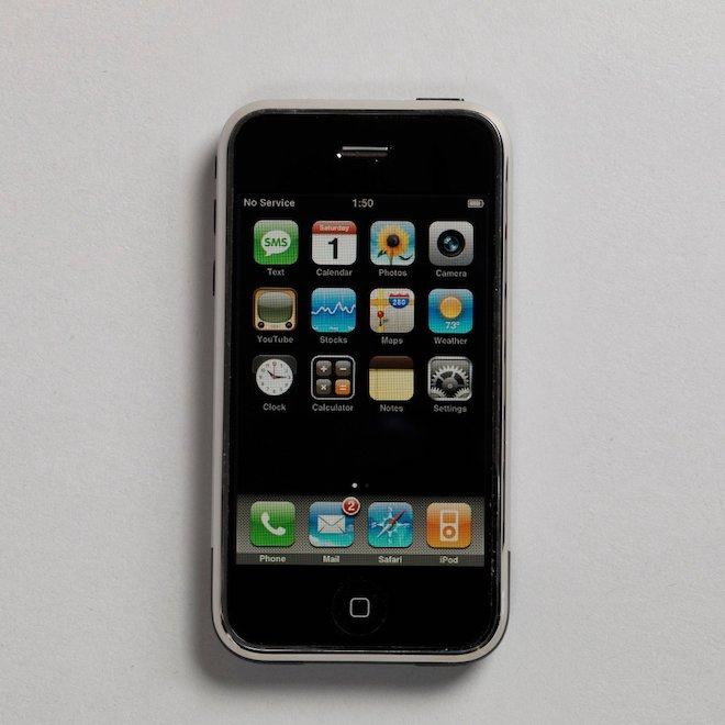 """80 năm phát triển của chiếc điện thoại """"thu nhỏ"""" trong 10 bức ảnh này - 11"""