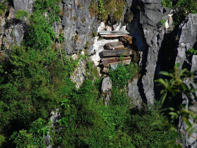 Rùng mình nghĩa địa cổ chi chít quan tài treo trên vách núi cao - 3