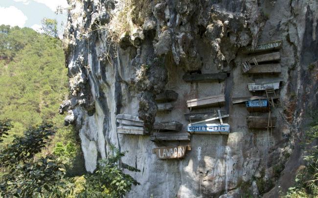Rùng mình nghĩa địa cổ chi chít quan tài treo trên vách núi cao - 2