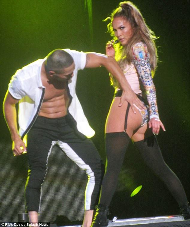 Gần 50 tuổi vẫn khoe vòng ba rực lửa, chỉ có thể là Jennifer Lopez - 2
