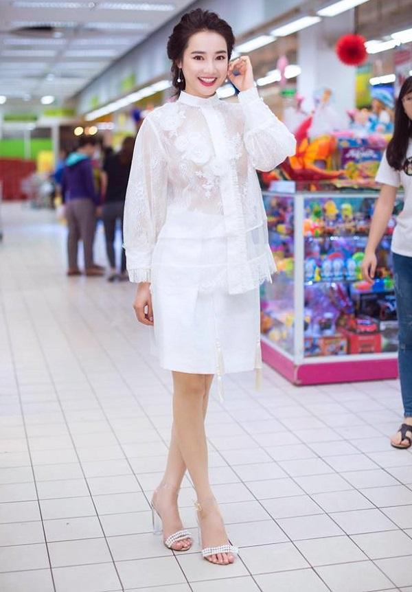Bạn gái Trường Giang hiếm khi mặc táo bạo thế này đi siêu thị