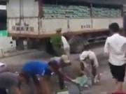 Tin tức trong ngày - Không hôi của, người Hà Nội nhặt bia giúp tài xế xe tải gặp nạn