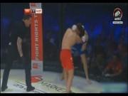"""Thể thao - Khó tin MMA: Dính 30 quyền cước vẫn đứng im """"như tượng"""""""