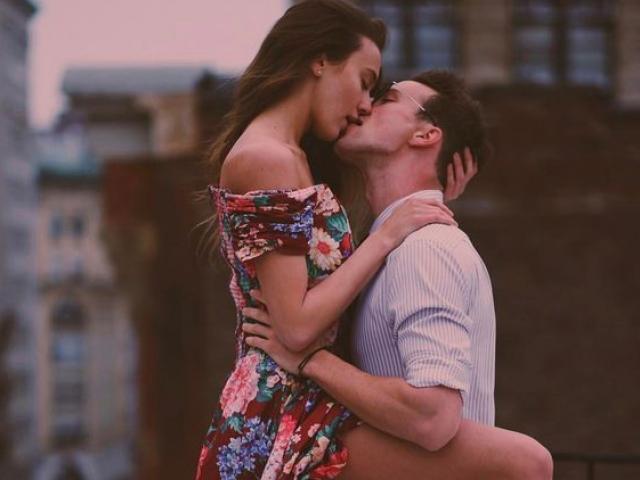 Hãy ngừng hôn em và tụt dây khóa váy...