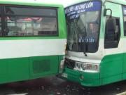 """Tin tức trong ngày - Hai xe buýt đâm nhau biến dạng vì biển quảng cáo """"trên trời"""" rơi xuống"""