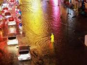 Tin tức trong ngày - Mưa như thác đổ, đường phố Hà Nội chìm trong biển nước