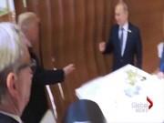 Thế giới - Vì sao Trump bắt tay Putin theo cách đặc biệt này?