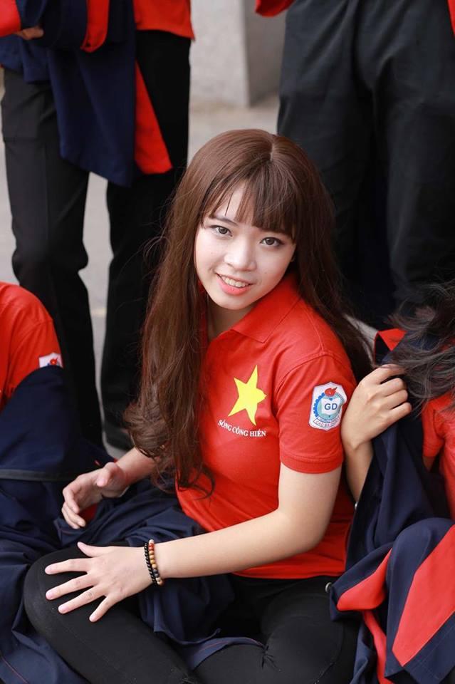 Vẻ quyến rũ của cô gái được Sơn Tùng mời ăn tối trước 5000 fan - 2