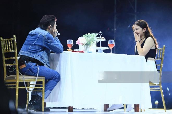 Vẻ quyến rũ của cô gái được Sơn Tùng mời ăn tối trước 5000 fan - 3