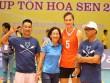 Người đẹp Kim Huệ bị fan ôm chặt (Bóng chuyền VTV Cup)