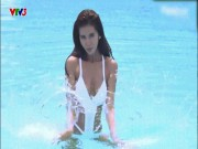 """Cô giáo Minh Tú mặc bikini  """" oằn mình """"  dạy học dưới nước"""