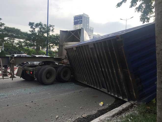 Kinh hoàng container lật đè xe máy và xe buýt dưới dốc cầu SG - 2