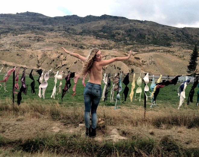 Lạ lùng hàng rào áo ngực hút khách du lịch ở New Zealand - 4