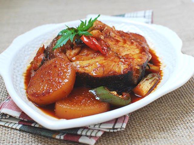 Cách nấu cá tuyết kho củ cải vét sạch nồi cơm